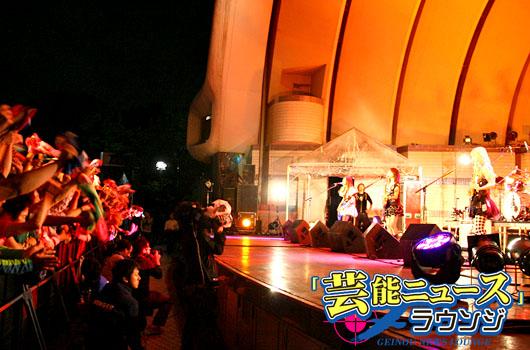 SCANDAL、野外フリーライブ30ヶ国20万人視聴!TOMOMIが「Let's enjoy in display」