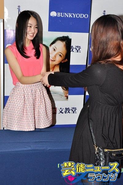 国民的美少女・吉本実憂が初の写真集!X21メンバーから「天然」とイジられる